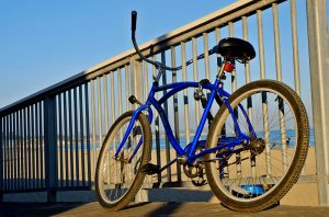 נפילה מאופניים בעת רכיבה בטיילת