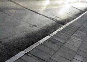 """מעדה בשביל ונפצעה בקרסול: העירייה תפצה ב 115,200 ש""""ח"""