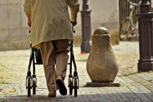 ביטוח סיעודי: המבטחת תשלם לקשישה על נפילתה