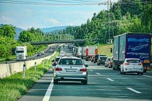 """תאונת דרכים: 100 אלף ש""""ח עקב נפילה תוך יציאה מהרכב"""