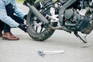 מתי תיקון דרך באופנוע מהווה תאונת דרכים המקנה זכות לפיצויים?