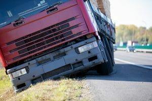 נפגע בתאונת דרכים בעבודה בזמן ירידה ממשאית
